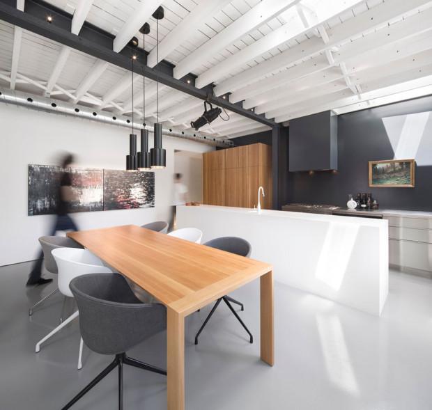 Dubový jídelní stůl tvoří srdce celého obytného prostoru. Foto: Stéphane Groleau