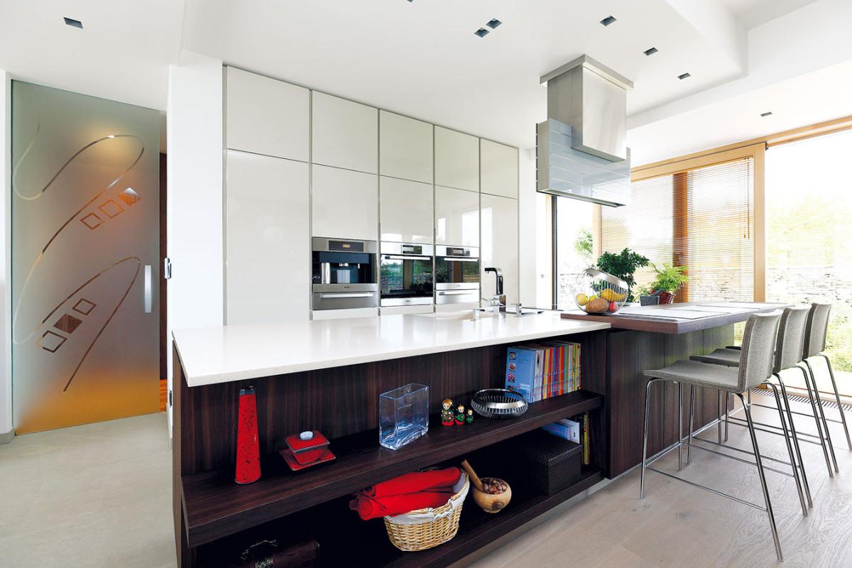 Aby kuchyň nepůsobila vobytném prostoru rušivě, musí vní být pořádek – při jeho udržování pomáhá idostatek uzavřených odkládacích prostorů. FOTO DANO VESELSKÝ