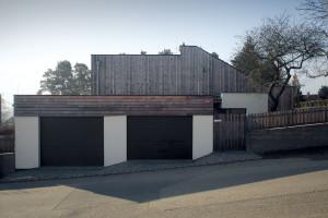 Introvert. Při pohledu zulice působí dům velmi uzavřeně. Hranici pozemku tu částečně určuje blok sgaráží akrytým parkovacím stáním, který funguje jako součást oplocení. FOTO Robert Žákovič