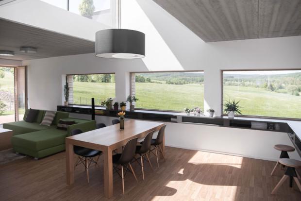 Nad jídelním stolem je světlá výška prostoru přes dvě patra, toto řešení zdůrazňuje důležitost místa pro setkávání rodiny. Foto: Vojtěch Veškrna