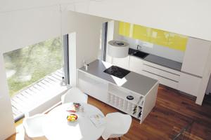 Jídelnu umístil architekt do centra dispozice – tam, kde se setkávají jedno- advoupodlažní část domu. Interiér se tu působivě otevírá do výšky dvou podlaží. FOTO Robert Žákovič
