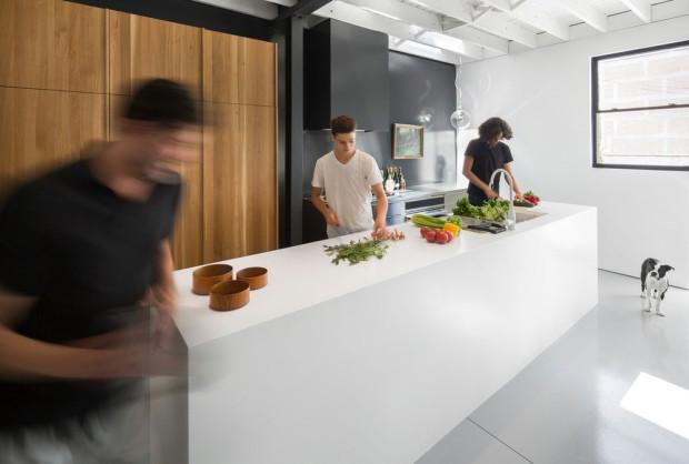 """Mumraj v kuchyni. Když se obyvatelé pustí do práce, """"nudný"""" Corian se rozehraje barvami připravovaných pokrmů. Foto: Stéphane Groleau"""