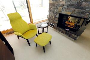 Rozlehlý interiér člení kromě nábytku krb, který vymezuje místečko na relaxační koutek. Většina nábytku (včetně křesílka spodnožkou akruhového stolku) tu je od značky Poliform. FOTO DANO VESELSKÝ