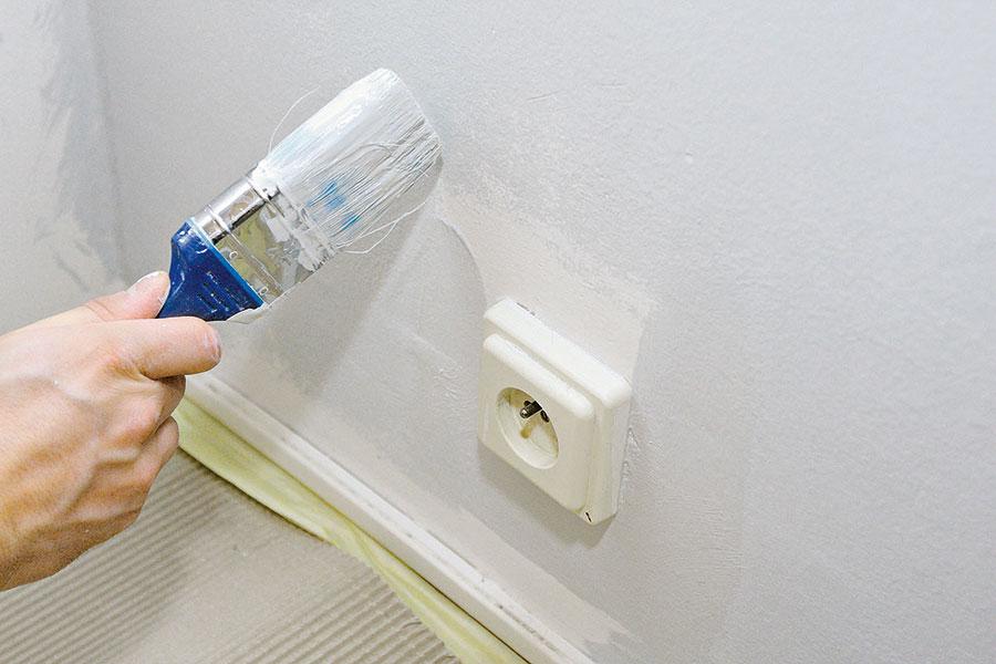 Začínejte malovat od detailů – první na řadě by měly být malé plochy kolem zásuvek, vypínačů, rámů oken, dveří a po obvodech stěn.