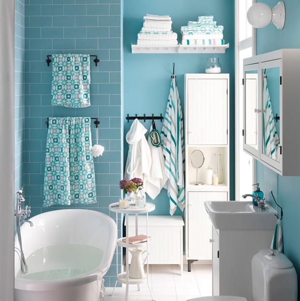 Ani ve vintage koupelně není třeba se stranit barev. Bílou sanitu a nábytkovou sestavu doplňte například světle modrou, světle růžovou, béžovou či šedou. Samostatnou kapitolou je potom podlaha. Pokud se rozhodnete pro vzorovanou dlažbu, klidně může hýřit nejen vzory, ale i barevností. (foto: IKEA)