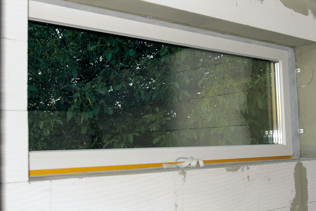 Těsnicí pásky zajišťují vzduchotěsnost všech prostupů přes obvodovou nebo střešní konstrukci. Důležité jsou i při montáži oken. Okna jsou předsazená, to znamená zabudovaná na úrovni zateplení tak, aby se eliminovaly tepelné mosty.foto: PROJEKTYDOMU.CZ