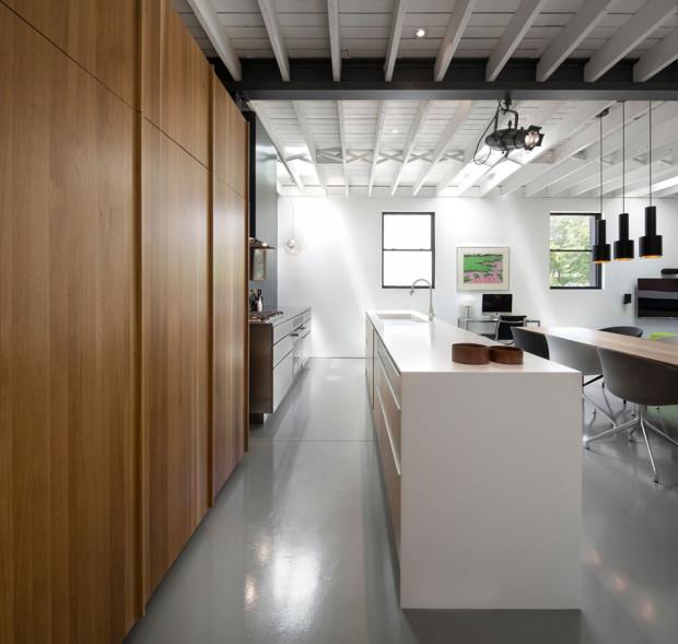 Přímočaře. Kuchyně je orientována podél horizontální osy, varná, úložná i přípravná zóna jsou v jedné linii. Foto: Stéphane Groleau