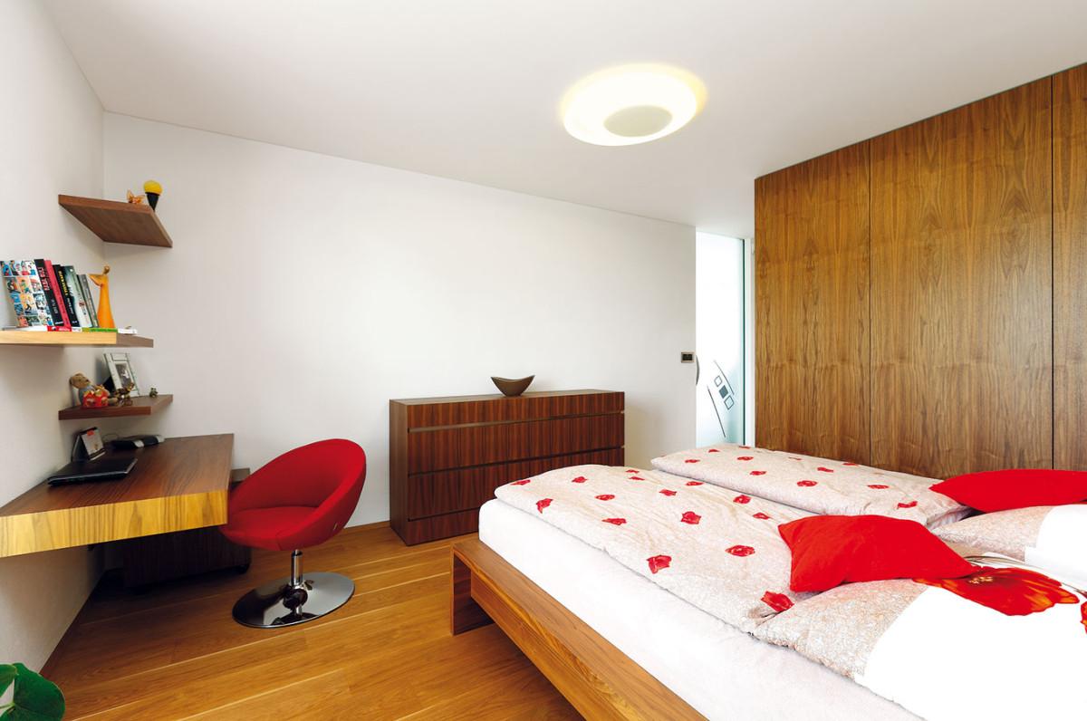 Ložnice rodičů je zařízena účelně aelegantně, ve stejném stylu jako pokoje obou dětí, které se odlišují hlavně barevností stěn adoplňků. FOTO DANO VESELSKÝ
