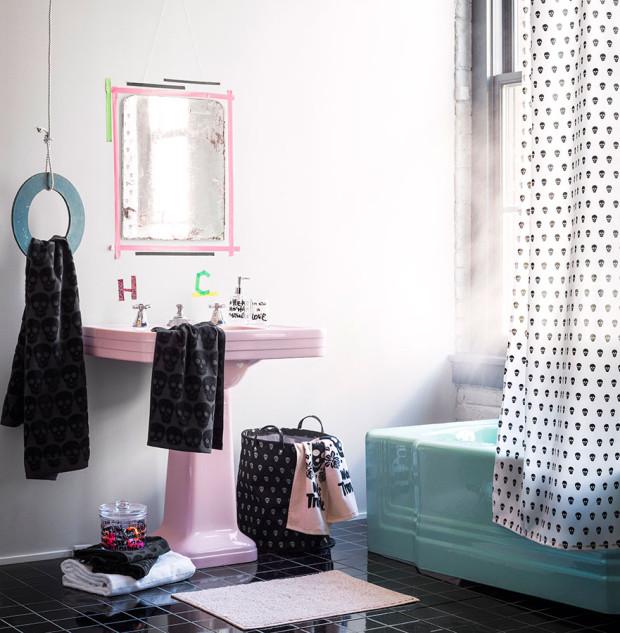 Pokud holdujete vtipným nápadům, pohrajte si s koupelnou. Ručník u umyvadla převěste přes patinovanou obruč, kterou postačí zavěsit na kus lana, a kolem starého zrcadla vytvořte rám z oblíbených washi pásek. (foto: H&M Home)