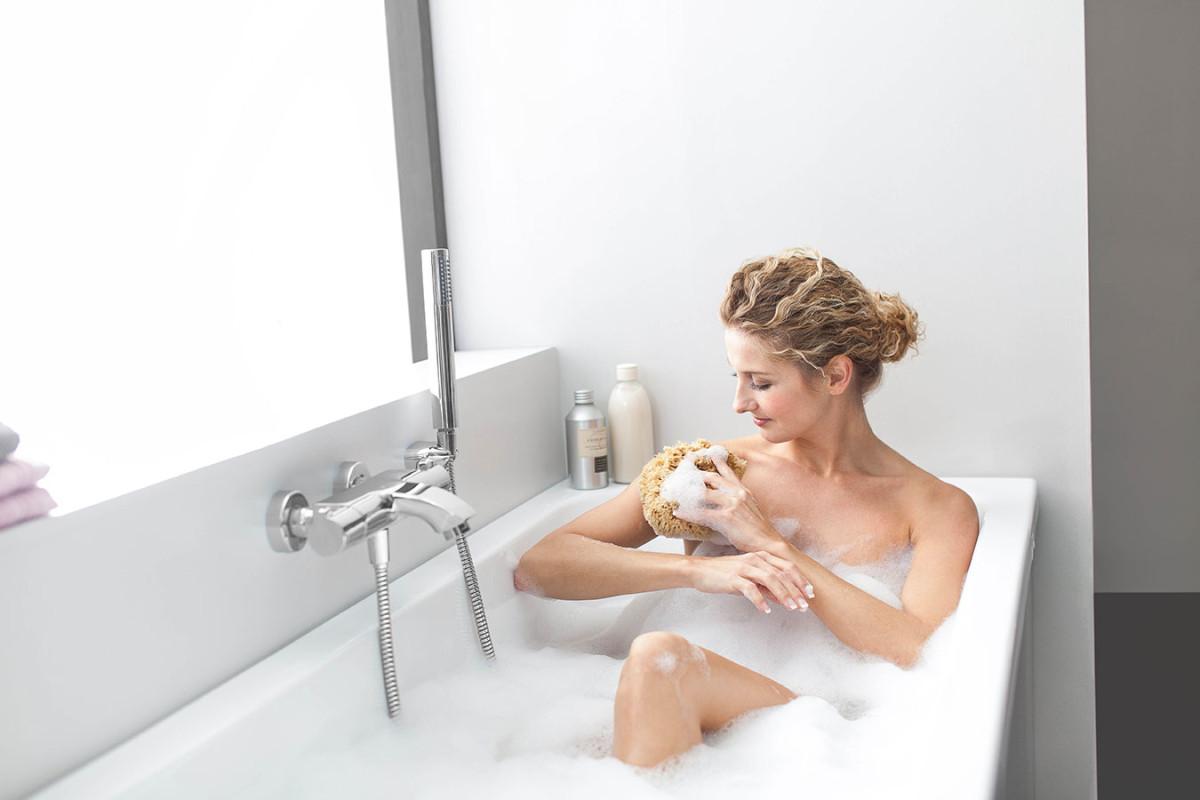 Po každé koupeli určitě nezapomeňte na důkladné opláchnutí a po jemném vysušení ručníkem ošetřete pleť krémem. Zabráníte tak nadměrnému vysušení pokožky. (foto: Ravak)