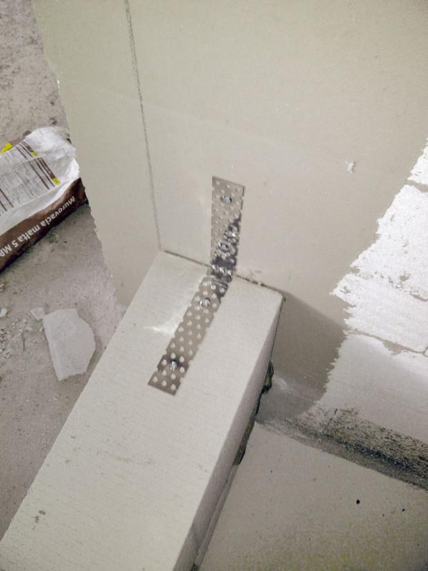 Důležitý vzduchotěsný obal domu má u obvodového zdiva dvě vrstvy. První jsou vnitřní omítky, jejichž vyhotovení předcházelo utěsnění všech elektroinstalačních prvků a prostupů všech rozvodů. Druhou vrstvu tvoří stavební lepidlo, celoplošně nanesené na venkovní stranu zdiva před nalepením polystyrenu.foto: PROJEKTYDOMU.CZ