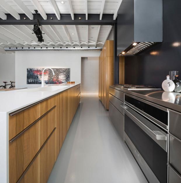 Dřevo, nerez, Corian. Kontrast materiálů je hlavní atrakcí kuchyně. Jinak jí dominují jednoduché linie a tvary, hladké povrchy… Foto: Stéphane Groleau