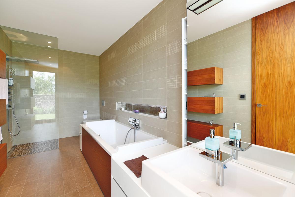 Obě koupelny, rodičů idětí, jsou také zařízeny vpodobném duchu – vládnou zde střídmé přírodní odstíny, elegance apraktičnost. FOTO DANO VESELSKÝ