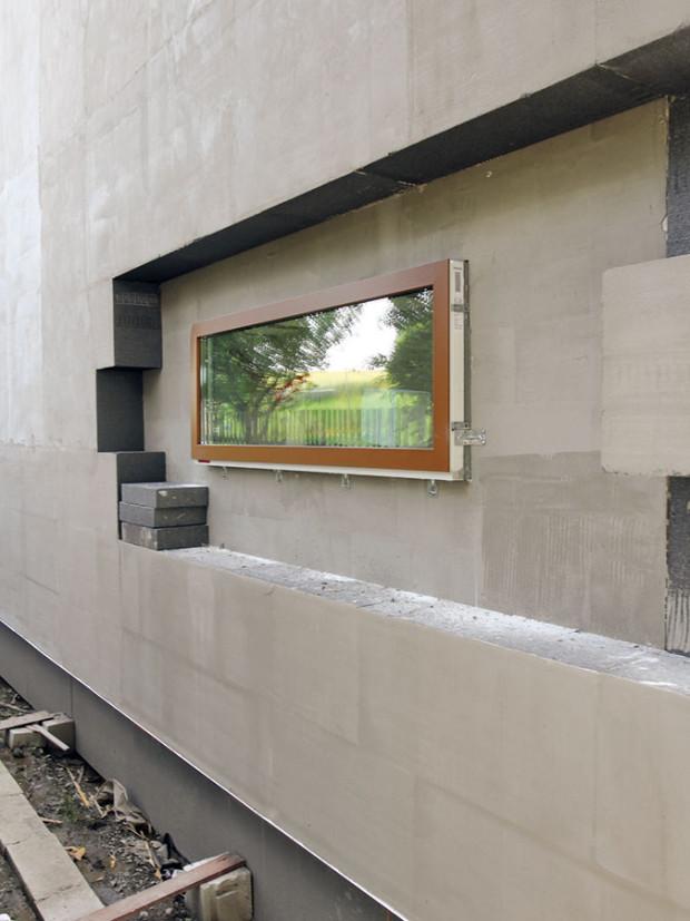 Okna od firmy Internorm mají plastově-hliníkovou konstrukci s trojsklem. Tam, kde byly požadavky na co nejvyšší solární zisky, je použito zasklení s U = 0,6 W/m2 . K, na ostatních místech má sklo U = 0,5 W/m2 . K.foto: PROJEKTYDOMU.CZ