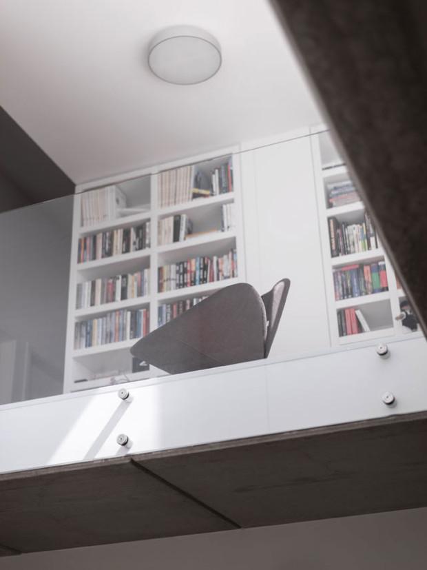 """Majitelé mohou komunikovat v domě v """"horizontální i vertikální"""" rovině. Prostor věnovaný zabudovaným knihovnám napovídá o zájmech obyvatel domu. Foto: Vojtěch Veškrna"""