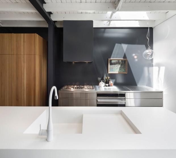 """Tady rádi a hodně vaří. Varná i přípravná zóna si z kuchyně ukrojily opravdu úctyhodný krajíc prostoru. Vzhledem protiklady, duší kolegyně spolu komunikují """"přes ulici""""… Foto: Stéphane Groleau"""
