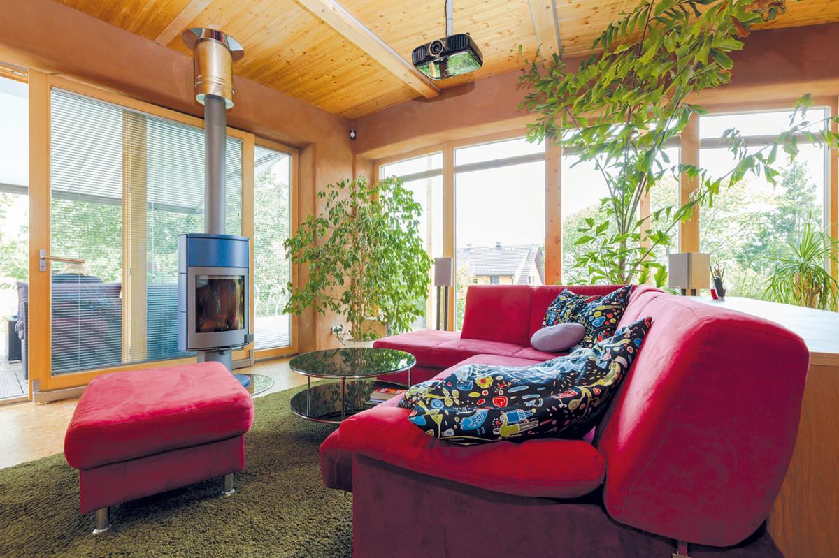 """Krbová kamna v obývací části denního prostoru byla jedním ze snů domácí paní. """"Vždy jsem chtěla mít výhled na zasněženou zahradu a dřevo hořící v kamnech."""" FOTO DANO VESELSKÝ"""