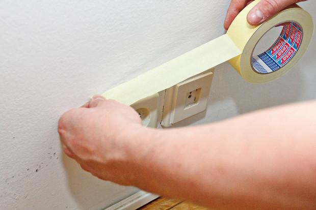 Rámy oken, dveří, zásuvky a vypínače před malováním oblepte páskou. Nebudete se muset tolik soustředit při malování v jejich bezprostřední blízkosti a ochráníte je před nežádoucími cákanci. foto: Dano Veselský
