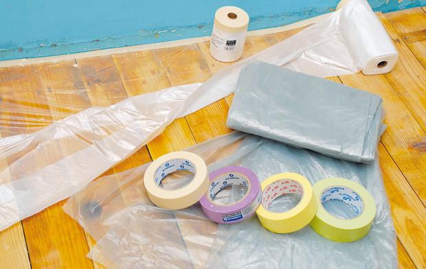 Před malováním si připravte fólie, jimiž zakryjete podlahy, nábytek a další věci, které chcete před barvou ochránit. Nezapomeňte ani na ochranné pásky. foto: Marcela Gigelová