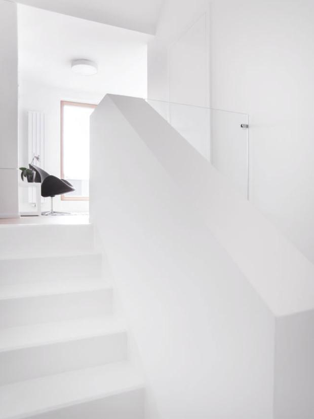 Chytrá práce s prostorem prosvětluje interiér. Propojení pater přispívá k pocitu vzájemné blízkosti. Foto: Vojtěch Veškrna
