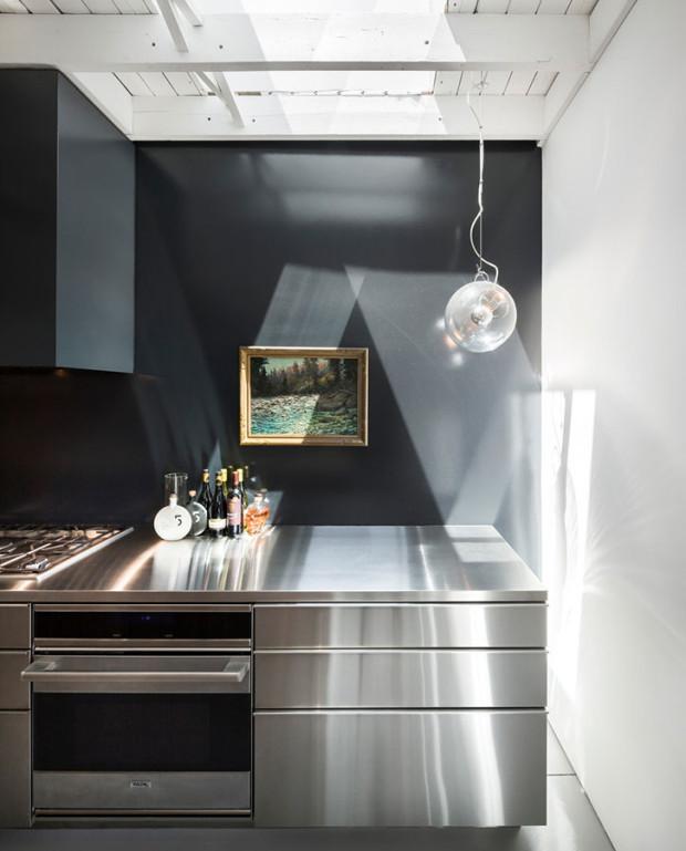 Světlíky nad varnou zónou zajišťují kuchtíkům dostatek přirozeného světla. To v kuchyni žádné umělé nenahradí. Foto: Stéphane Groleau