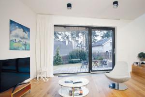 Vkontaktu sokolím. Výškové uspořádání domu kopíruje svah, takže zkaždé místnosti se dá vyjít na terasu ado zahrady. FOTO Robert Žákovič