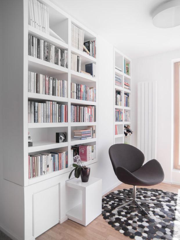 Převaha bílé nechá vyniknout výrazné prvky, jako je křesílko, či koberec. Foto: Vojtěch Veškrna
