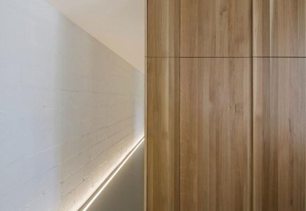 Chodbu na úrovni podlahy příjemně osvětluje decentní LED páska, která návštěvníka provede celým domem od vchodu až do soukromých komnat pánského osazenstva domu. Foto: Stéphane Groleau
