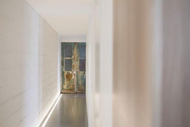 Majitel se snažil zachovat alespoň některé původní prvky, v tomto konkrétním případě staré dveře ohlodané už notně zubem času. Na bílém pozadí nádherně vyniknou… Foto: Stéphane Groleau