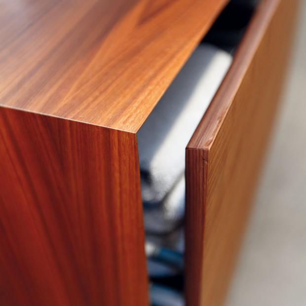 Ozdobou jednoduchého nábytku jsou kvalitní řemeslná vyhotovení adecentní detaily, bez nichž by určitě nevypadal tak elegantně. Například díky sraženým hranám na zavřené skřínce není vidět žádnou spáru. FOTO DANO VESELSKÝ