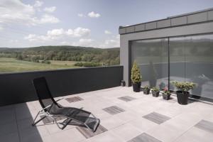 Prostorná terasa je bonusem a to i díky výhledu do krajiny. Foto: Vojtěch Veškrna
