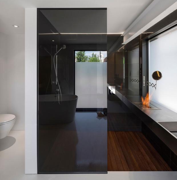 Podlahu sprchového koutu tvoří rošt z exotického dřeva ipe. Jak je pro exotické druhy dřev typické, vyznačuje se vysokou tvrdostí a odolností prosti působení vody. Foto: Stéphane Groleau