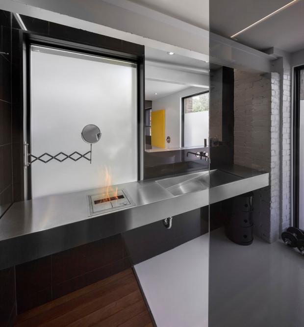 Výběr barev i materiálů v koupelně odpovídá představám o pánské koupelně. Majitel se tu mohl vyřádit přesně podle svých představ. Foto: Stéphane Groleau