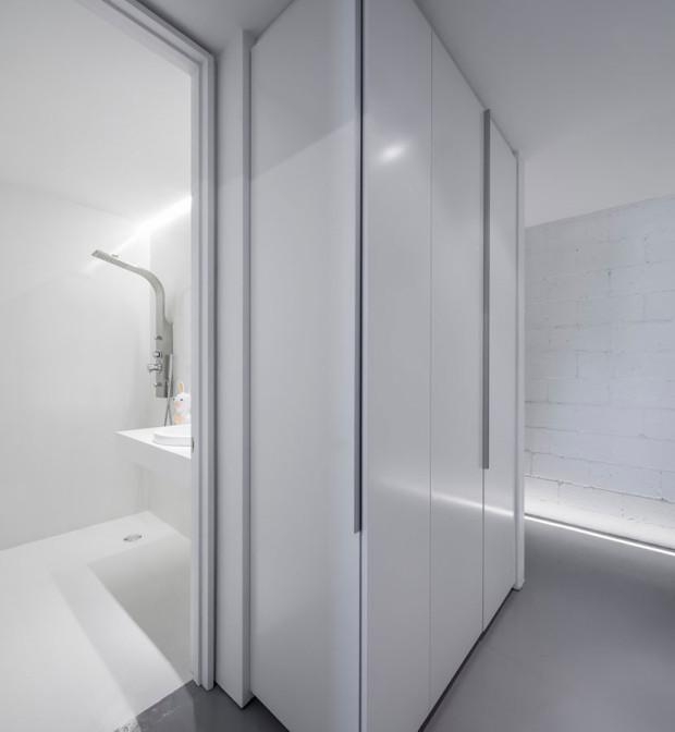 Nevinně bílá. Koupelna chlapců je o poznání skromnější a jednodušší, jak z hlediska výběru barev a materiálů, tak z hlediska vybavení. Foto: Stéphane Groleau