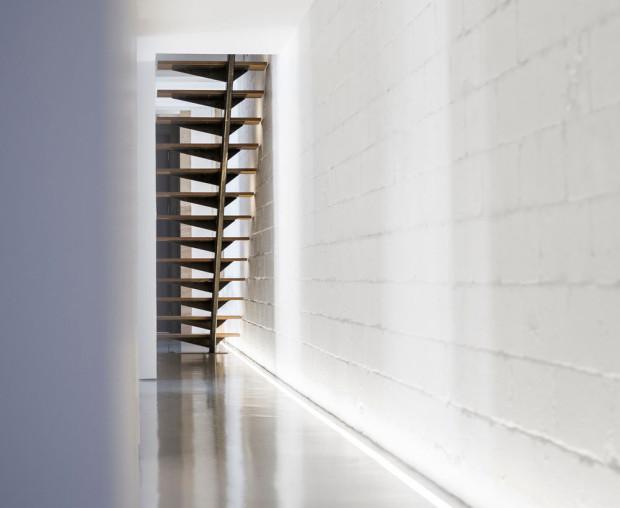 Jednoduché rovné schodiště v chodbě zajišťuje přístup na zelenou střechu terasou, která umožňuje vychutnat si velkoměstský ruch pěkně v soukromí. Foto: Stéphane Groleau