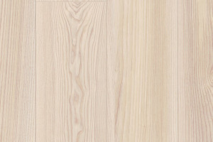 Jasanové dřevo s jemnou kresbou a barevným odstínem.