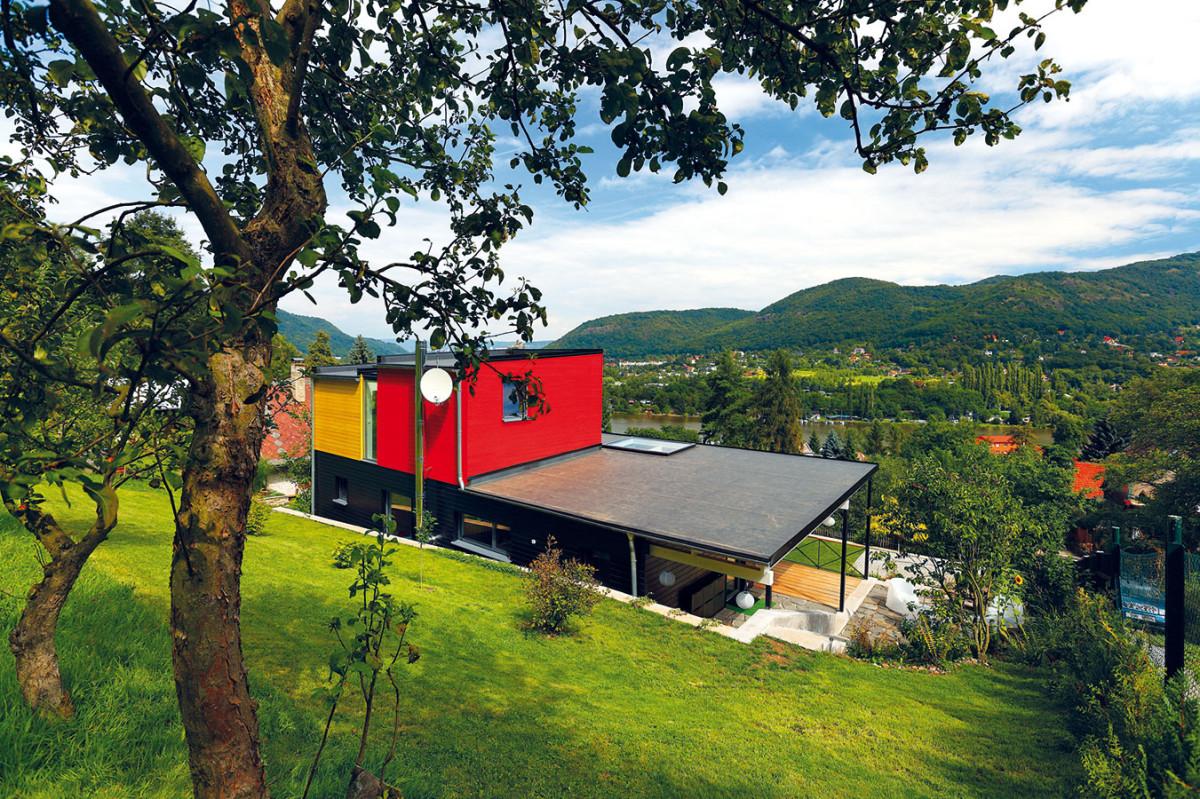 Stavba je opatřena plochou, pultovou střechou. Prosklení vpřední části nad terasou vnáší ještě více denního světla do celého obytného prostoru. Dům tak působí vzdušným, světlým dojmem. FOTO Dano Veselský