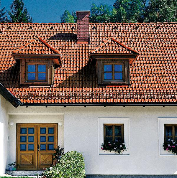 Střechu vnímejte jako celek. Její bezproblémová funkčnost nezávisí jen na samotné tašce, ale ina kvalitě střešního příslušenství. (Na obr. krytina Bramac)