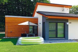 Pod nižší pultovou střechou je obývací pokoj se skleněnými dveřmi orientovanými do zahrady ana terasu. Pod opačně skloněnou vyšší pultovou střechou je podstřešní odkládací prostor apod ním kuchyň ajídelna. FOTO DANO VESELSKÝ