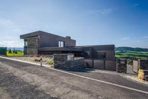Dům využívá sklon terénu iorientaci parcely – na sever proto směřují jen místnosti, které nepotřebují velký výhled. FOTO JIŘÍ ZERZOŇ