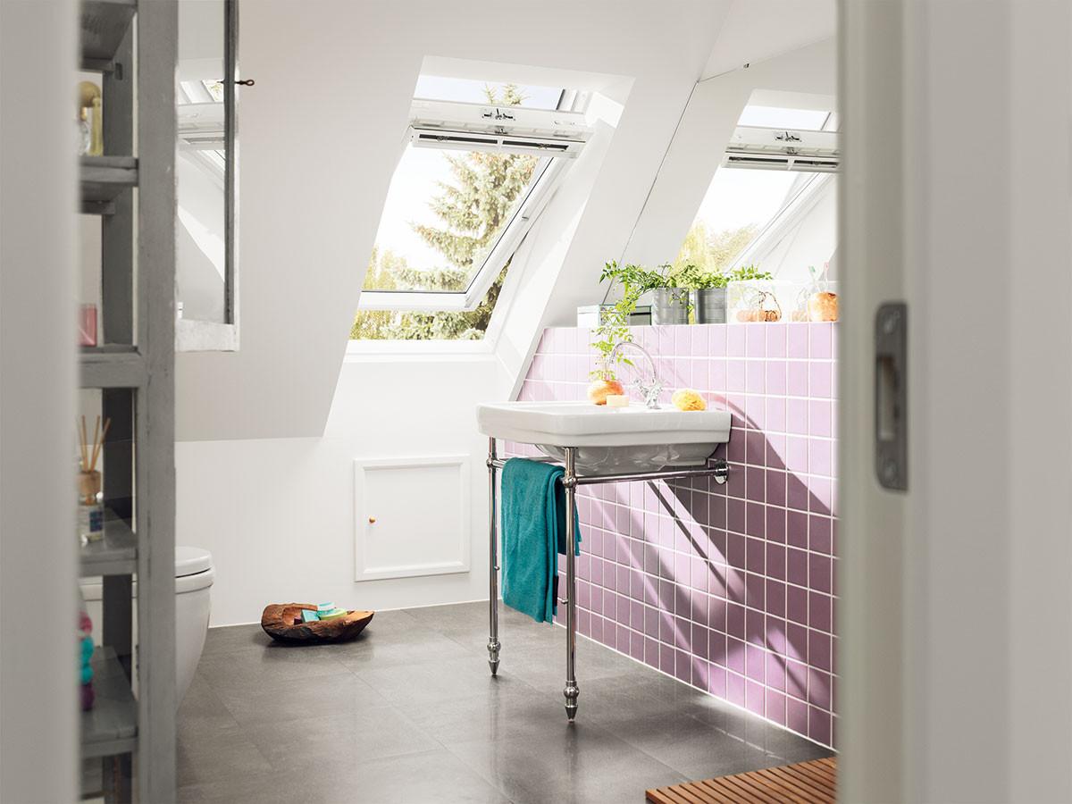 Iustřešních oken je účinné větrání možné pouze okny otevřenými dokořán, nikoli ventilační klapkou. Větráme tedy stejně jako ostatními okny domu. Alespoň několikrát denně podobu 5minut okny otevřenými dokořán. Ventilační klapka větrání nahradí pouze zanepříznivého počasí. FOTO VELUX