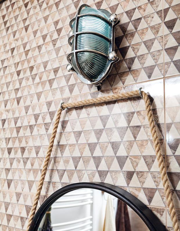 Kovové svítidlo určené do venkovních prostorů bude ideální idokoupelny. Zrcadlu visícímu na laně vytváří světelný podmaz apro dřevo je vhodným partnerem. foto Dano Veselský