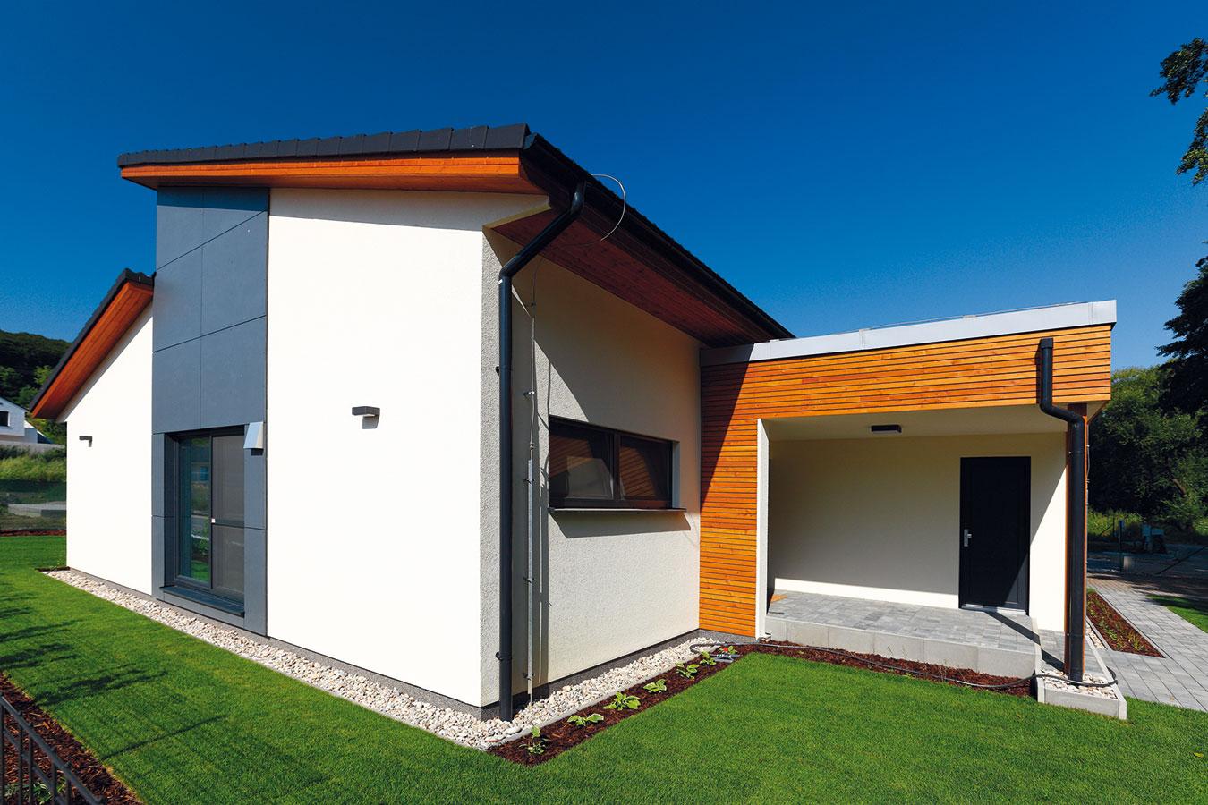 Do domu se vstupuje ze severu, zprostoru chráněného domem samotným díky jeho tvarování (podobně jako terasa na jeho opačném konci).