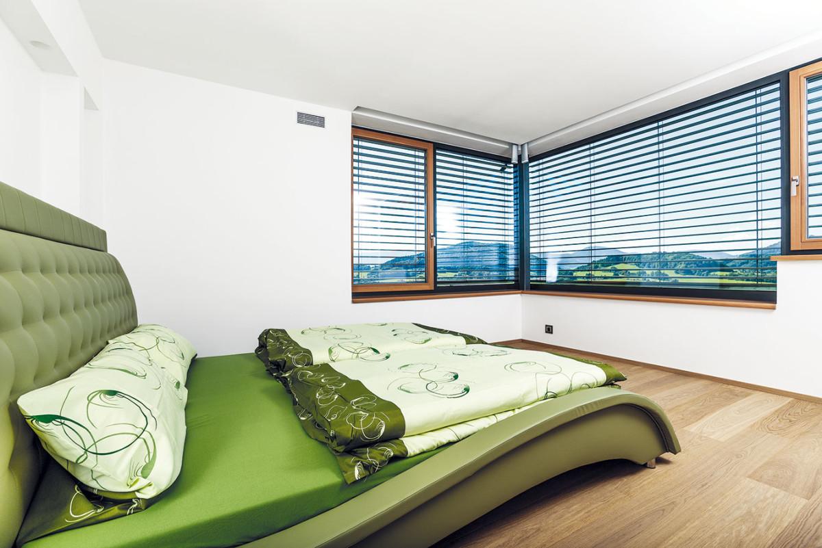 Interiér není laděn do jedné barvy, každá zmístností má sice stejný materiál podlahy, nicméně zařízení se nese vrůzném stylu. FOTO JIŘÍ ZERZOŇ
