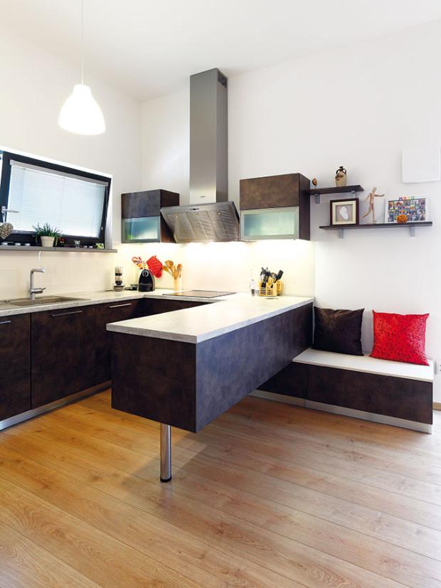 Kuchyň je srdcem domu. Spolu sobývacím pokojem ajídelnou tvoří otevřený prostor, který zabírá téměř polovinu podlahové plochy. FOTO DANO VESELSKÝ