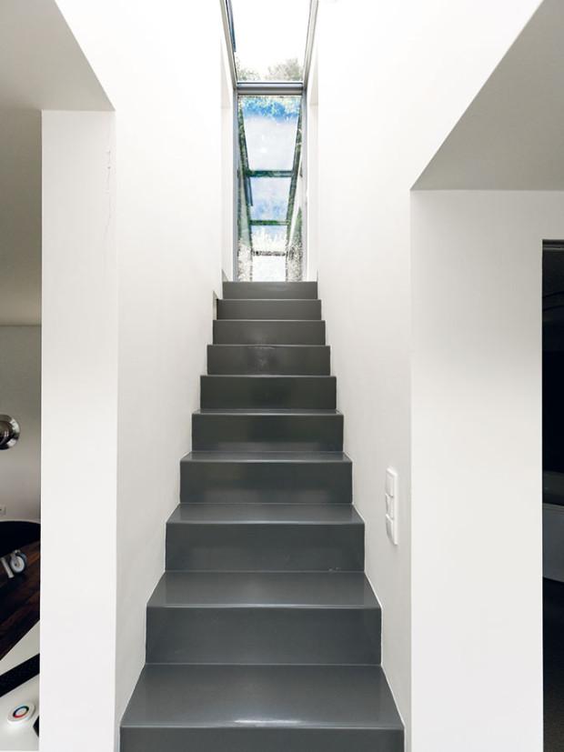 Úzké ocelové schodiště, které vede do druhého podlaží, vedle své praktické funkce plní iroli působivého estetického prvku vinteriéru. FOTO Dano Veselský