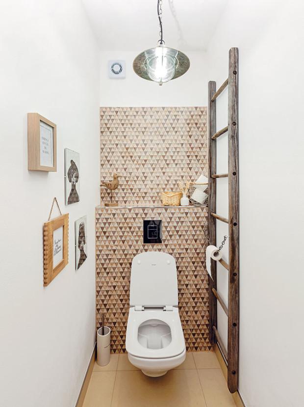 Také toaleta si zaslouží doplňky. Už jen pro těch pár minut denně. Obrázky, nápisy či překrásné závěsné svítidlo sindustriálním nádechem jí dají najevo, že vám na ní záleží. foto Dano Veselský