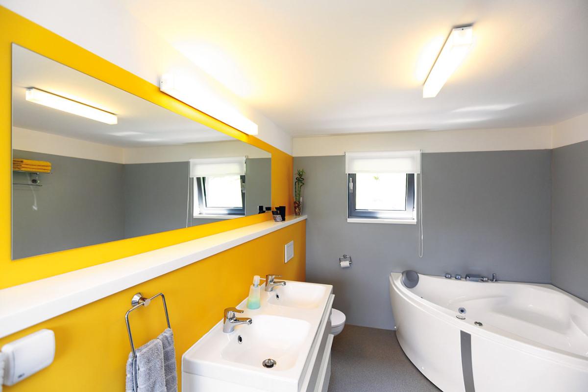 Přestože rozloha obydlí není nijak závratná, věnovali architekti koupelně poměrně velkorysý prostor, kam se vešla velká rohová vana advě umyvadla. FOTO Dano Veselský