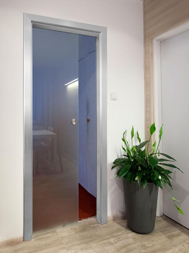 Jednokřídlé celoskleněné dveře Norma Standard, posuvné do stavebního pouzdra. FOTO J.A.P.