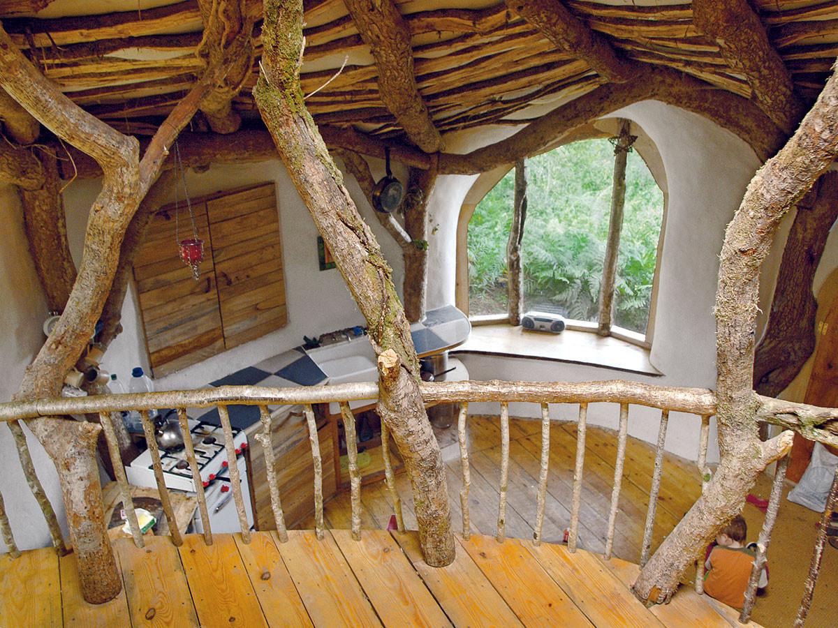 Na stavbu konstrukce použili majitelé tohoto pohádkového domu levné dřevo zvyvrácených povalených stromů. Balíky slámy, které najdete na podlaze, ve stěnách ana střeše, výborně izolují asnadno se snimi staví. FOTO SIMON DALE